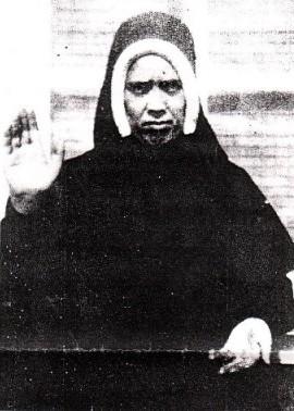 Niam Mab Liab Tshwm Sim nyob Fatima - Page 2 Lucy_closeup_1945_waving